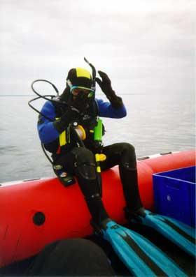 På vej i vandet fra båd